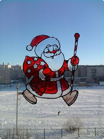 Хоть до празднования Нового года ещё 3,5 месяца, а мы с дочкой уже с нетерпением ждём этого праздника, и хотим поделиться идеей, как можно украсить окно витражными красками. С левой стороны окна у нас получился вот такой Дед Мороз с мешком подарков. фото 1