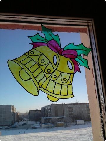 Хоть до празднования Нового года ещё 3,5 месяца, а мы с дочкой уже с нетерпением ждём этого праздника, и хотим поделиться идеей, как можно украсить окно витражными красками. С левой стороны окна у нас получился вот такой Дед Мороз с мешком подарков. фото 3