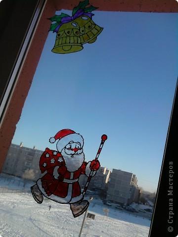 Хоть до празднования Нового года ещё 3,5 месяца, а мы с дочкой уже с нетерпением ждём этого праздника, и хотим поделиться идеей, как можно украсить окно витражными красками. С левой стороны окна у нас получился вот такой Дед Мороз с мешком подарков. фото 4