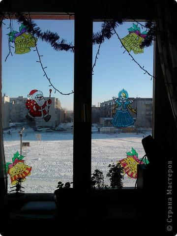 Хоть до празднования Нового года ещё 3,5 месяца, а мы с дочкой уже с нетерпением ждём этого праздника, и хотим поделиться идеей, как можно украсить окно витражными красками. С левой стороны окна у нас получился вот такой Дед Мороз с мешком подарков. фото 5