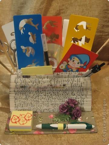 В этом году моя племяшка пошла в первый класс - успехов ей в учёбе!Cделала ей эту подставочку для хранения трафаретиков, кисточек, бумажек для записей и другой мелочи. Удовольствие получила несказанное: во-первых, подарочек эксклюзивный и очень нужный, во-вторых, нашла способ использовать старые ненужные книги.  фото 1