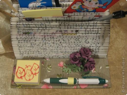 В этом году моя племяшка пошла в первый класс - успехов ей в учёбе!Cделала ей эту подставочку для хранения трафаретиков, кисточек, бумажек для записей и другой мелочи. Удовольствие получила несказанное: во-первых, подарочек эксклюзивный и очень нужный, во-вторых, нашла способ использовать старые ненужные книги.  фото 2