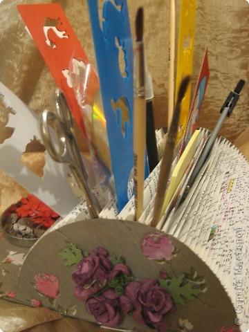 В этом году моя племяшка пошла в первый класс - успехов ей в учёбе!Cделала ей эту подставочку для хранения трафаретиков, кисточек, бумажек для записей и другой мелочи. Удовольствие получила несказанное: во-первых, подарочек эксклюзивный и очень нужный, во-вторых, нашла способ использовать старые ненужные книги.  фото 4