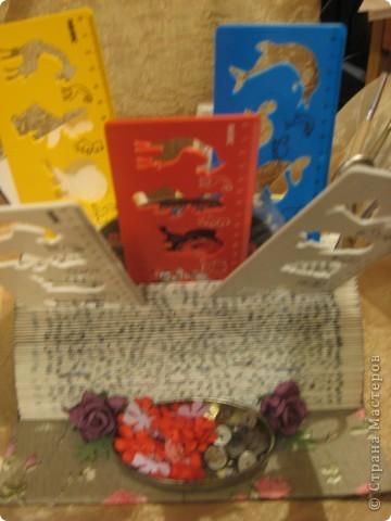 В этом году моя племяшка пошла в первый класс - успехов ей в учёбе!Cделала ей эту подставочку для хранения трафаретиков, кисточек, бумажек для записей и другой мелочи. Удовольствие получила несказанное: во-первых, подарочек эксклюзивный и очень нужный, во-вторых, нашла способ использовать старые ненужные книги.  фото 5
