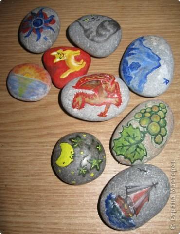 Захотелось порисовать на камешках... в Крыму это не проблема, потому что камней везде полно, а краски я притащила вместе с остальной мастерской... фото 1