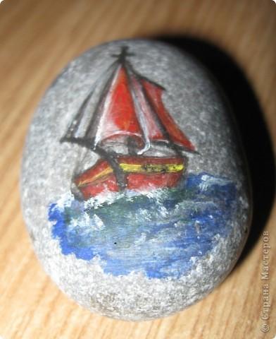 Захотелось порисовать на камешках... в Крыму это не проблема, потому что камней везде полно, а краски я притащила вместе с остальной мастерской... фото 2