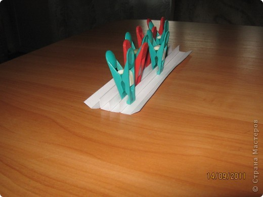 Бумажный туннель - палочка-выручалочка  для любой выставки или мероприятия. Получается красиво,интересно и делать с детьми не очень сложно.Мне вот только не очень нравились боковины гармошкой,поэтому я их видоизменила.   Покажу,как это сделать. фото 11