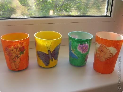 """Вот такие стаканчики для салфеточек были сделаны для группы моей дочери в детский садик. Изначально это были обычные советские желтые (когда-то) пластмасовые стаканчики, позже они приобрели непонятный цвет. И было принято решение их """"окультурить"""". Судить вам что из этого вышло.... Всего 12шт. фото 1"""