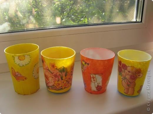"""Вот такие стаканчики для салфеточек были сделаны для группы моей дочери в детский садик. Изначально это были обычные советские желтые (когда-то) пластмасовые стаканчики, позже они приобрели непонятный цвет. И было принято решение их """"окультурить"""". Судить вам что из этого вышло.... Всего 12шт. фото 3"""