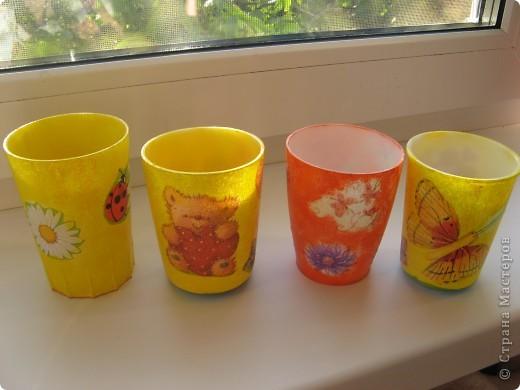 """Вот такие стаканчики для салфеточек были сделаны для группы моей дочери в детский садик. Изначально это были обычные советские желтые (когда-то) пластмасовые стаканчики, позже они приобрели непонятный цвет. И было принято решение их """"окультурить"""". Судить вам что из этого вышло.... Всего 12шт. фото 4"""