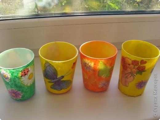 """Вот такие стаканчики для салфеточек были сделаны для группы моей дочери в детский садик. Изначально это были обычные советские желтые (когда-то) пластмасовые стаканчики, позже они приобрели непонятный цвет. И было принято решение их """"окультурить"""". Судить вам что из этого вышло.... Всего 12шт. фото 6"""