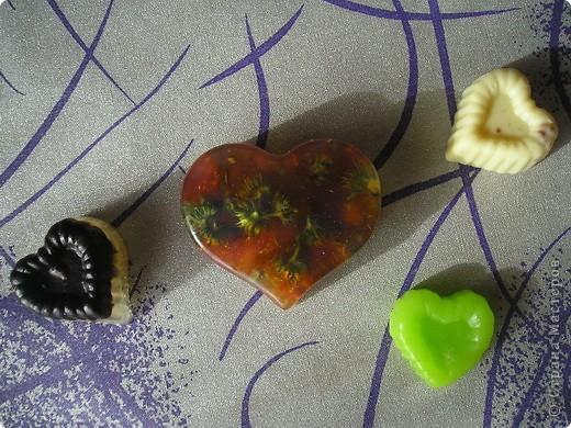 Мыло сердечки.  Мыло с цветами - ромашка, календула, а маленькие сердечки  с маслом какао и шоколадом. фото 1