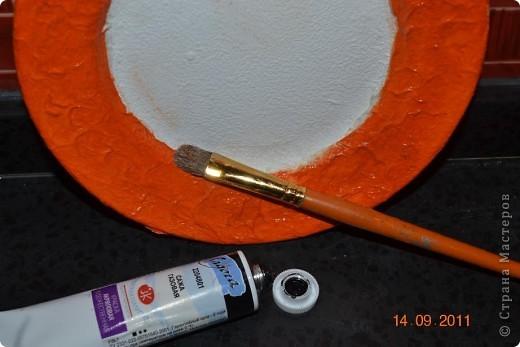Понадобиться: Тарелки Клей ПВА Аква-лак Салфетки  Полоски меха  Шпагат натуральный Краски контурные Краски акриловые черная и серебо Белая краска водоимульсионная Гуаш  фото 8