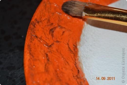 Понадобиться: Тарелки Клей ПВА Аква-лак Салфетки  Полоски меха  Шпагат натуральный Краски контурные Краски акриловые черная и серебо Белая краска водоимульсионная Гуаш  фото 9