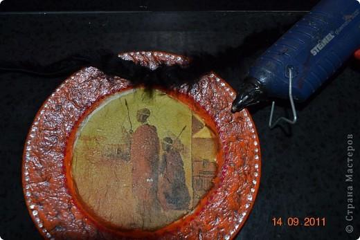 Понадобиться: Тарелки Клей ПВА Аква-лак Салфетки  Полоски меха  Шпагат натуральный Краски контурные Краски акриловые черная и серебо Белая краска водоимульсионная Гуаш  фото 24