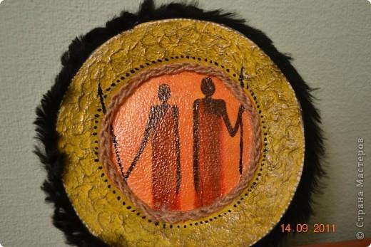Понадобиться: Тарелки Клей ПВА Аква-лак Салфетки  Полоски меха  Шпагат натуральный Краски контурные Краски акриловые черная и серебо Белая краска водоимульсионная Гуаш  фото 33