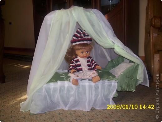Делала из коробок. Получилась большой и прочной. В процессе игры детки даже сами тута уклыдаваются))) ...ну и кукла довольна....