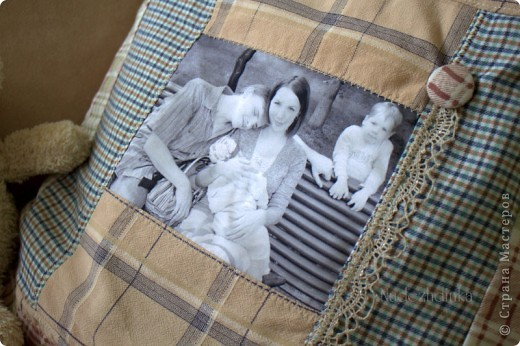 подушка на фоне, в центре - семейное фото фото 4