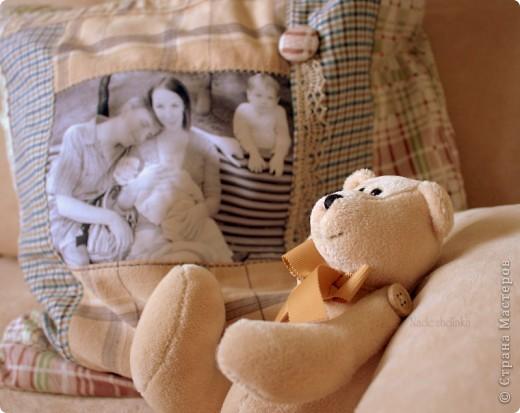 подушка на фоне, в центре - семейное фото фото 1