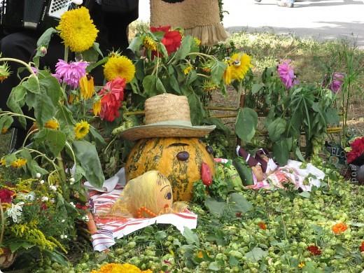 Каждый год в начале сентября в городе Белая Церковь проходит День города и так называемый Праздник цветов. Приглашаю всех желающих насладится красивым зрелищем к которому мастера готовятся целый год. фото 50