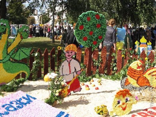 Каждый год в начале сентября в городе Белая Церковь проходит День города и так называемый Праздник цветов. Приглашаю всех желающих насладится красивым зрелищем к которому мастера готовятся целый год. фото 32