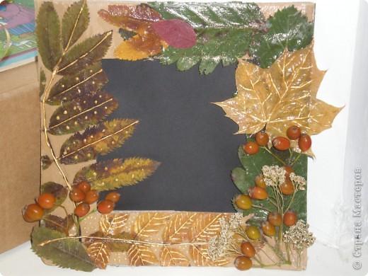 Рамка для фотографии, украшенная сухими листьями и ягодами