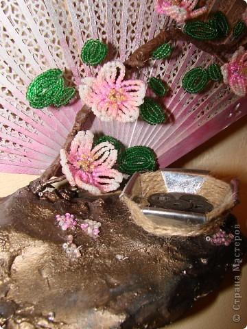 Подсмотрела идею на просторах интернета. Веер купила  давно, просто деревянный. Из баллона покрасила серебр. эмалью, оттенила розовым акрилом. Основа композиции-алебастр, покрашен акрилом и бронзатором. Основа ветки-ветка березы, цветки (4  цвета бисера и желтые тычики) и листики-французская техника, обмотана коричневой тейп-лентой.  Корытце с монетками-подсвечник для свечи-таблетки. Сделано из жестянки, обмотанной шпагатом.  фото 3