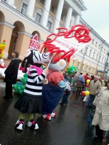 11 сентября был праздник.В Нижнем Новгороде отмечалось 790-летие.Раньше не могла выложить, так как довязывала бактус.В этот день мы с дочкой поехали на площадь Минина и Пожарского.Там был концерт,продавали разные поделки,показывали изделия из хлеба,выставка игрушек из воздушных шариков. фото 11