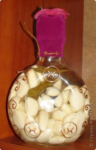 Очередная моя бутылочка. Чеснок залитый фармолином, расписана контуром по стеклу. Декорированна тканью. фото 1