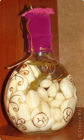 Очередная моя бутылочка. Чеснок залитый фармолином, расписана контуром по стеклу. Декорированна тканью. фото 2
