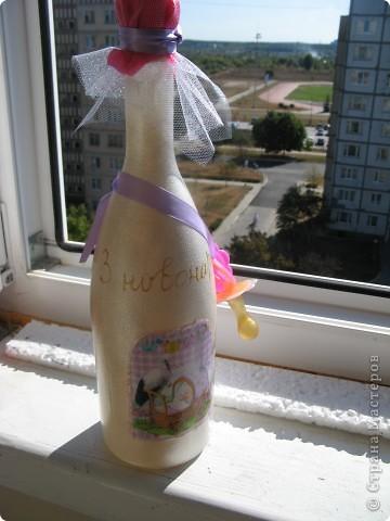 Вот таку бутылочку я декорировала соседке,у нее неделю назад дочь родила двойняшек.И мне хотелось чтото ей преподнести,поскольку соседка-ну просто безотказный,хороший человек,и всего за4 часа я сделала вот такую,пусть не шик,но все же красивую бутылочку.Не потому,что я супер какая быстрая,а потому,что додумалась только утром об этом. фото 1