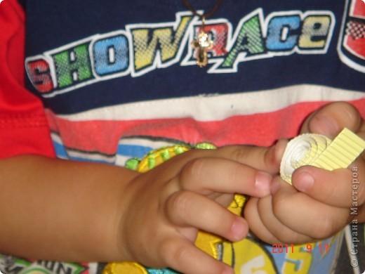 Ну вот и мы освоили технику квиллинга. Сначала был создан маленький зайка. Проснувшись утром Саша (3,3 года) сказал, что зайчику не хватает папы-зайца и мамы-зайчихи. Было бы сказано! Тут же я нарезала полосочки из гофрокартона (с ножницами мы до сих пор не дружим) и дело пошло. Скручивал и клеил все сам (очень понравилось новое занятие). Глазки и носик из пластилина. фото 5