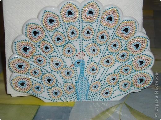 Мне на глаза попались обыкновенные салфетницы, которые, пожалуй, есть у многих. По форме они называются ракушки, но у меня возникли другие ассоциации - хвост павлина. Вооружившись контурами для керамики я принялась за дело. Основой цвет дающий сходство с павлином - это бирюзовый. фото 3
