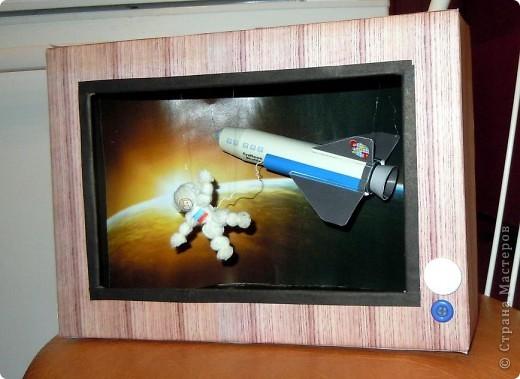 Космос в телевизоре или точнее космонавт. А еще точнее видимо Терешкова в космосе :) фото 5