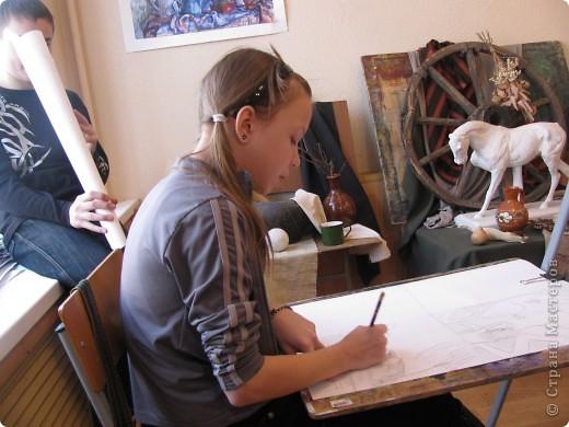 Вот мы рисовали 2 часа и устали!!! Надо отдохнуть! Как же проходят перемены в Детской Художественной Школе№1( СТАРШАЯ СТУПЕНЬ)? фото 1