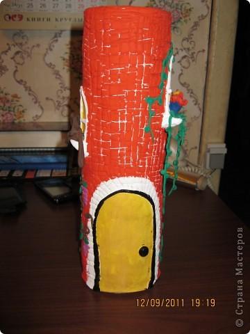 домик сделан на железной банке.      окошечко с цветочком на подоконнике фото 3