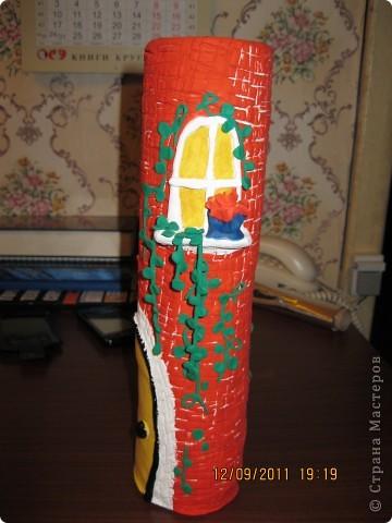 домик сделан на железной банке.      окошечко с цветочком на подоконнике фото 4