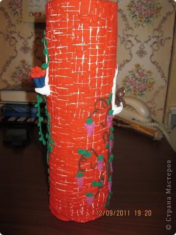 домик сделан на железной банке.      окошечко с цветочком на подоконнике фото 5