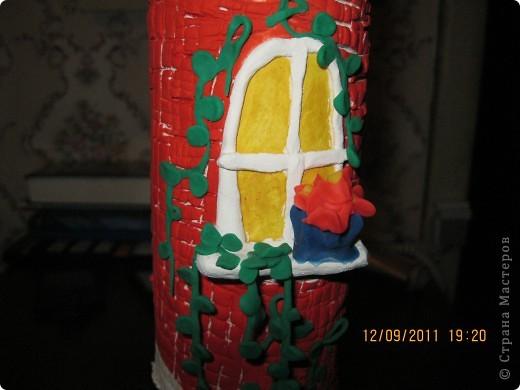домик сделан на железной банке.      окошечко с цветочком на подоконнике фото 1