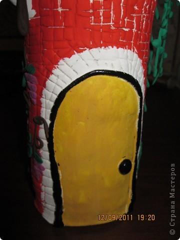 домик сделан на железной банке.      окошечко с цветочком на подоконнике фото 7