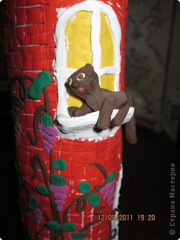 домик сделан на железной банке.      окошечко с цветочком на подоконнике фото 8