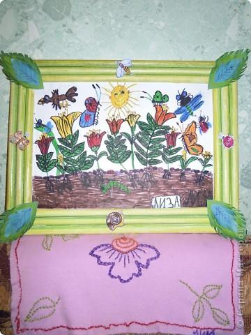 Рисовала картинку дочь 6,9 лет.Рамочку делала я из скрученных бумажных палочек. Затем расскрашивала их акварелью. Чтобы места стыковок замаскировать, приклеила сверху листочки. фото 7