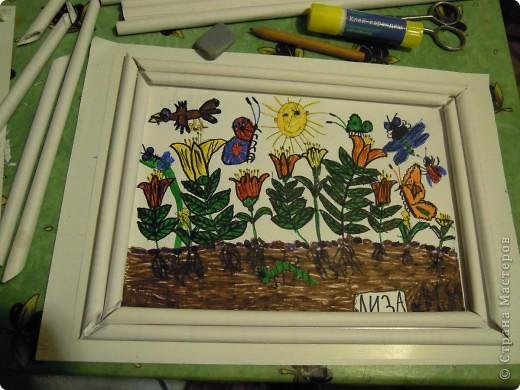 Рисовала картинку дочь 6,9 лет.Рамочку делала я из скрученных бумажных палочек. Затем расскрашивала их акварелью. Чтобы места стыковок замаскировать, приклеила сверху листочки. фото 6