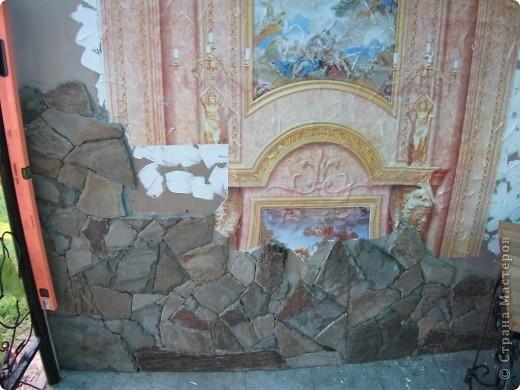 Наклеила на подготовленную стену нужный мотив, провела с ним некоторые манипуляции - состарила. На первом рисунке показано фото 6
