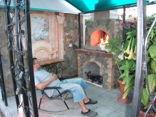Наклеила на подготовленную стену нужный мотив, провела с ним некоторые манипуляции - состарила. На первом рисунке показано фото 8