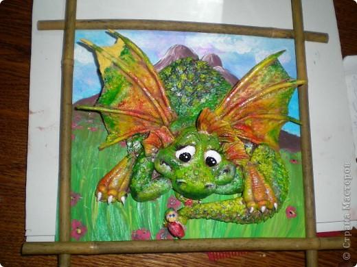 Это дракон один, пока. Мучаюсь как лучше покрасить, уже раз 5 перекрасила и саму картинку тоже. Может кто посоветует что по покраске. Он без лака еще.Размер 23на 22см. фото 1