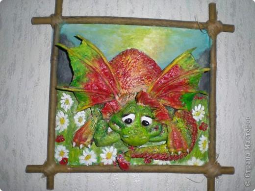 Это дракон один, пока. Мучаюсь как лучше покрасить, уже раз 5 перекрасила и саму картинку тоже. Может кто посоветует что по покраске. Он без лака еще.Размер 23на 22см. фото 2