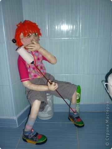 Новое применение старым куклам-Тошка теперь держит туалетную бумагу...хотя ему не очень это нравится... фото 1