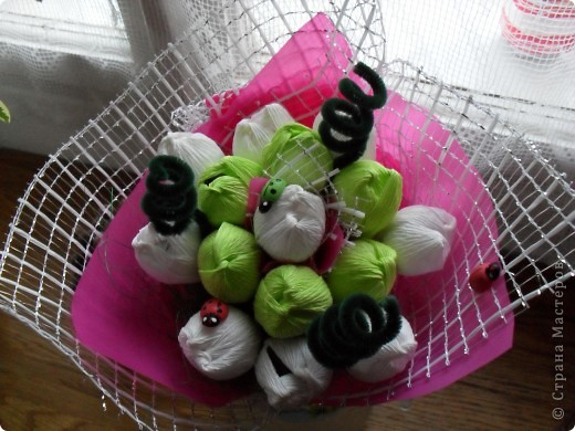 Небольшие букетики-15 цветочков конфет.Но...наконец я нашла то что искала-флористическую гофру,сеточки.Еще прикупила несколько корзинок и кашпо,так что продолжение следует... фото 1