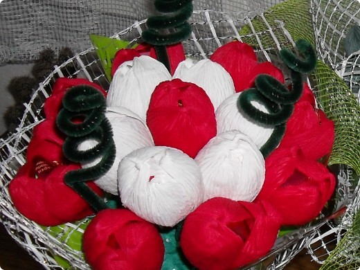 Небольшие букетики-15 цветочков конфет.Но...наконец я нашла то что искала-флористическую гофру,сеточки.Еще прикупила несколько корзинок и кашпо,так что продолжение следует... фото 2